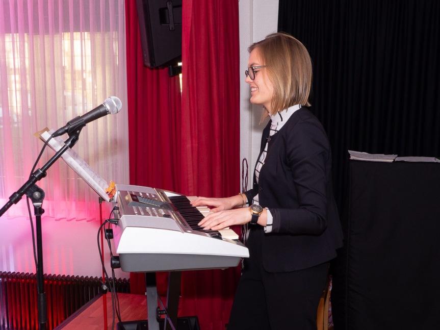 Frau Söpper begleitet uns traditionell am Keyboard