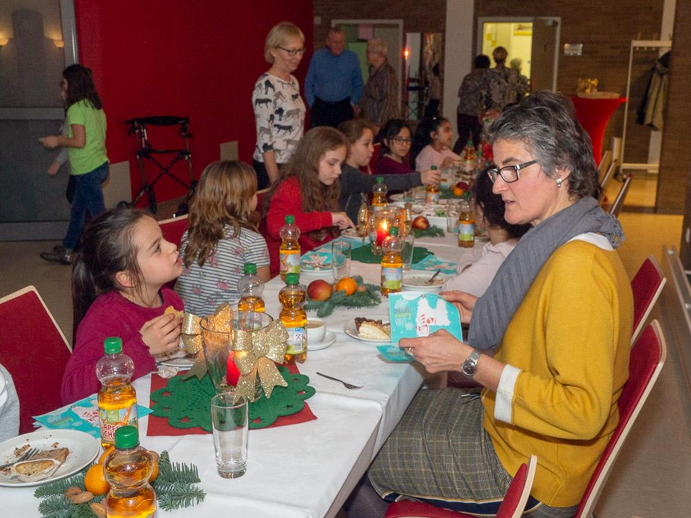 Die Kinderchor der Diesterweg-Grundschule lässt es sich nach dem Konzert mit Leckereien vom Kuchenbuffet schmecken